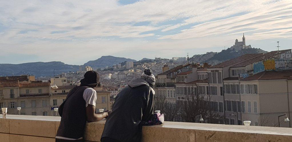 Deux jeunes migrants sur le parvis de la gare Saint-Charles à Marseille. Crédit : Anne-Diandra Louarn / InfoMigrants.