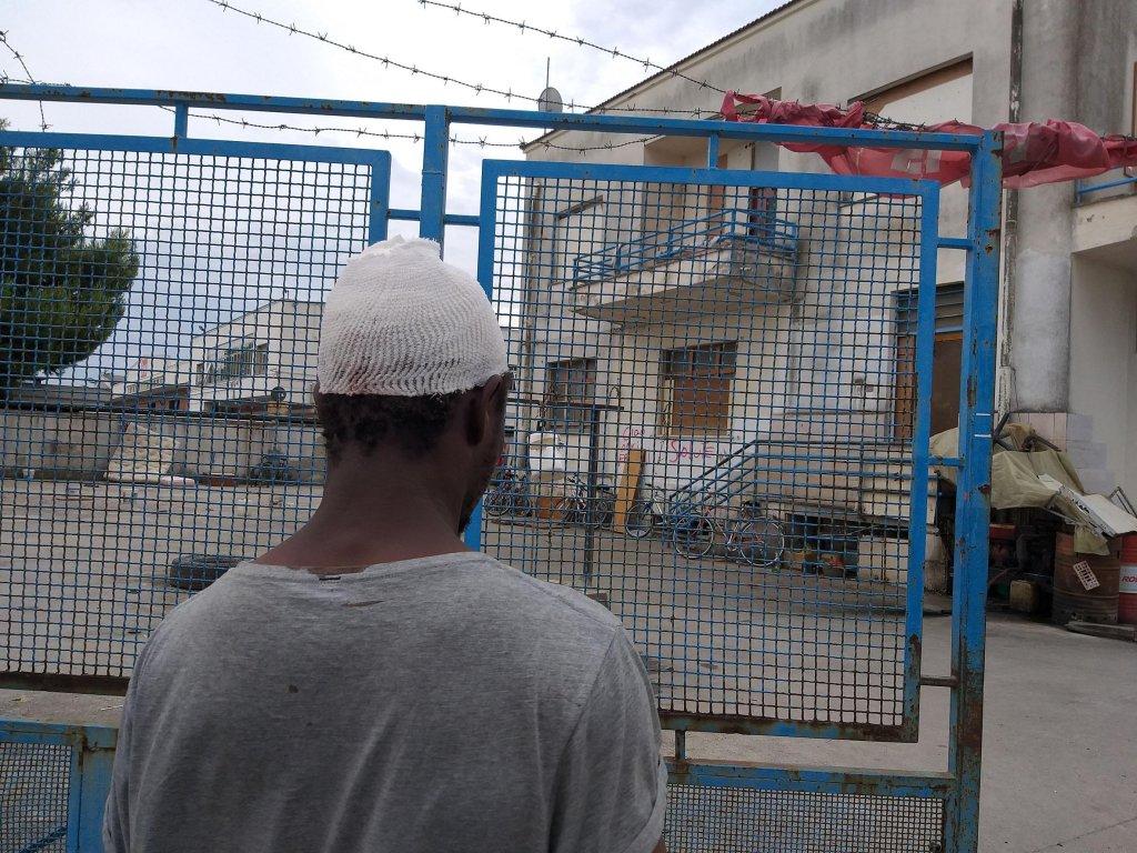 ansa / الشرطة تتفقد المكان الذي تم فيه إلقاء الحجارة على المهاجرين.