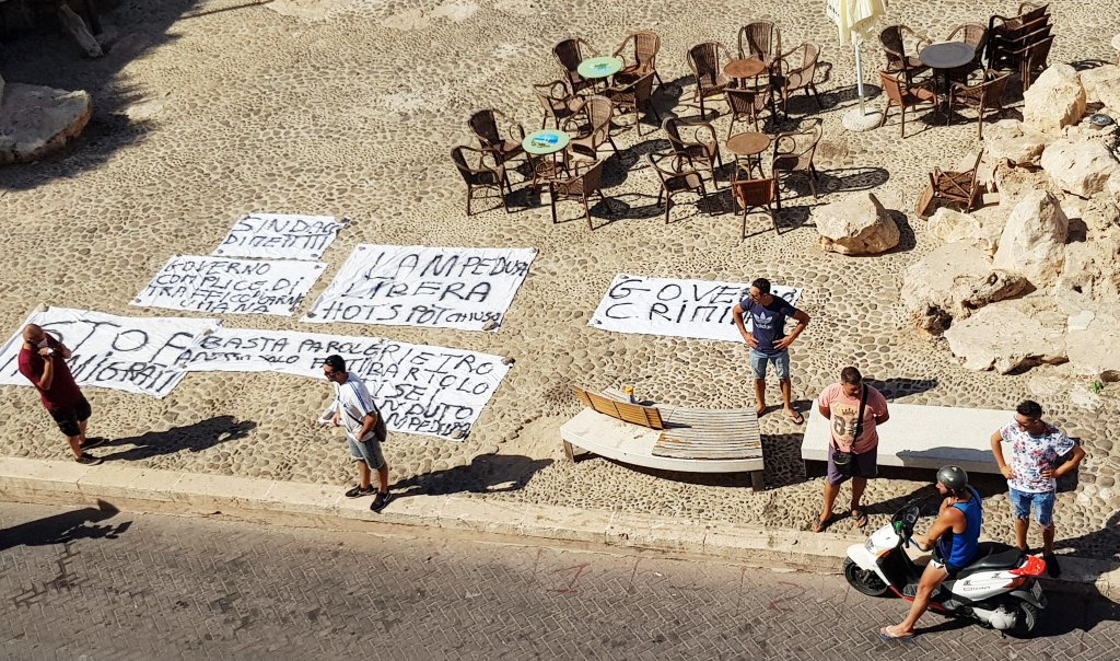 Residents of Lampedusa display banners as they protest against the continuing migrant landings on the Sicilian island on August 31, 2020 | Photo: ANSA/ELIO DESIDERIO