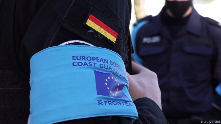 Some migrants report having seen such arm bands during illegal 'pushbacks' | Photo: DW/I. Seferi