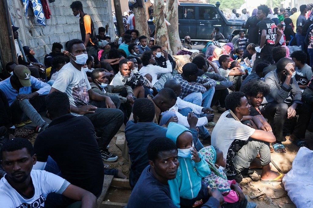 مهاجرون يفترشون الرصيف قبالة المكتب المحلي لمفوضية اللاجئين في طرابلس، 10 تشرين الأول/أكتوبر 2021. رويترز