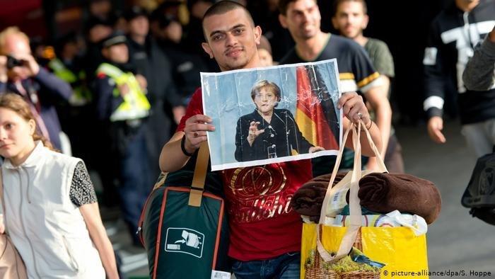 En 2015, de nombreux migrants, notamment syriens, affichent leur reconnaissance envers la décision d'Angela Merkel de ne pas fermer les frontières du pays. Crédit : Picture alliance