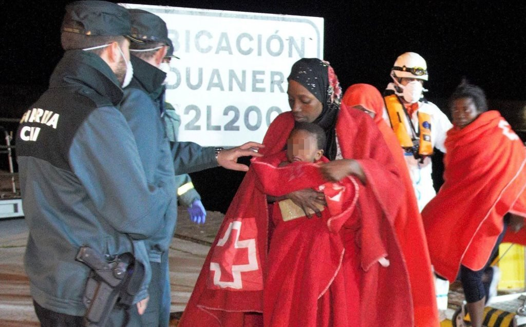 Migrant mother with her child arrive at the port of Motril, southern Spain | Photo: EPA/ALBA FEIXAS