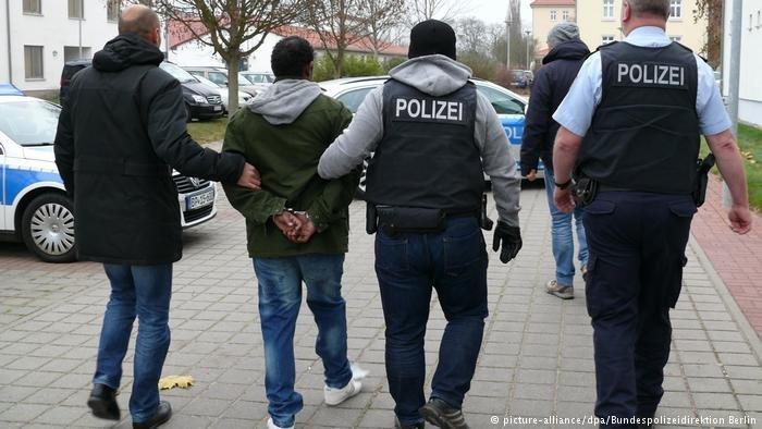 عکس: ارشیف/پولیس در برلین یک فرد مظنون را بازداشت می کند./عکس: Picture Alliance/dpa/Bundespolizeidirektion
