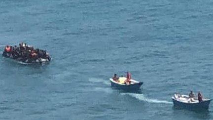 Des gendarmes marocains poursuivent une embarcation de migrants à bord de deux barques de pêcheurs. Crédit : AMDH
