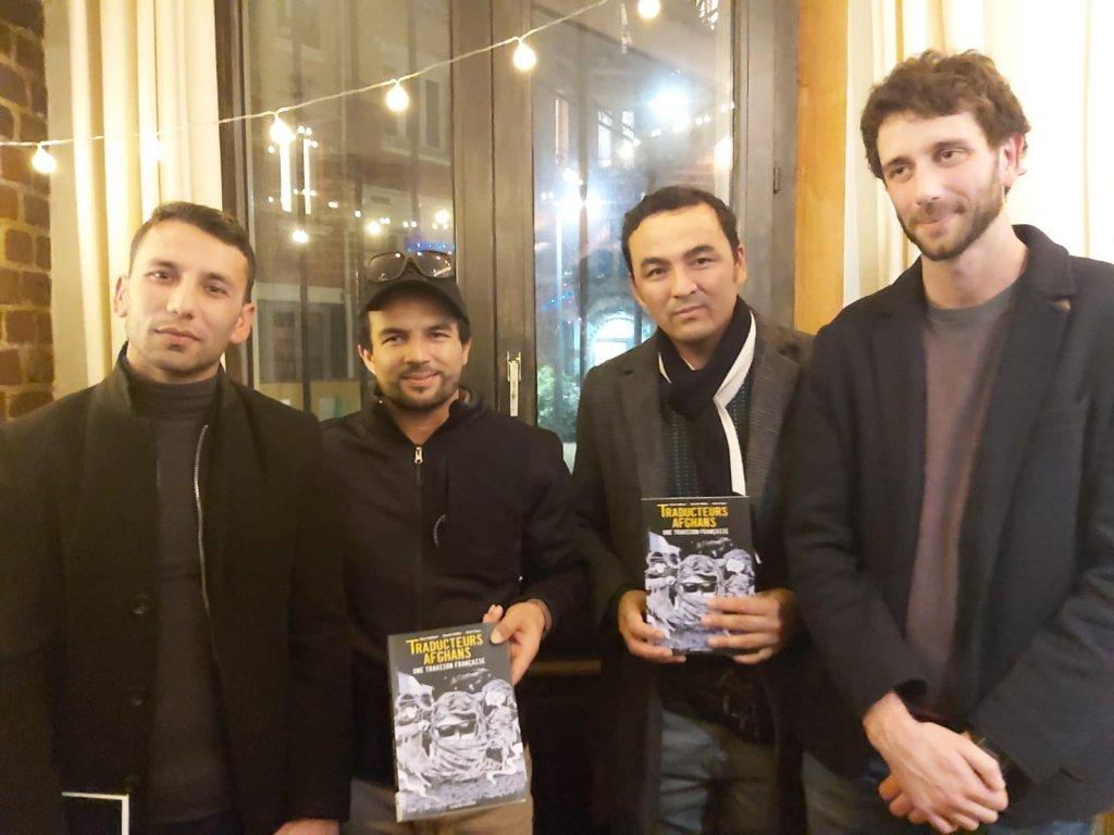 عبدالرازق له افغان ژباړونکو او  فرانسوي خبریال سره په پاریس کې.فبروری ۲۰۲۰. پاریس. کریدت: حفیظ احمد میاخیل