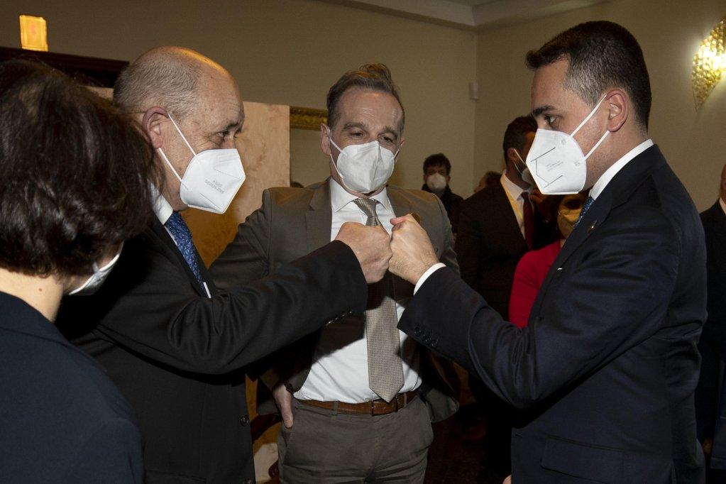من اليسار وزراء الخارجية الفرنسي جان إيف لو دريان، والألماني هايكو ماس، والإيطالي لويجي دي مايو في طرابلس. المصدر: أنسا/ ماسيمو بيركوتزي.