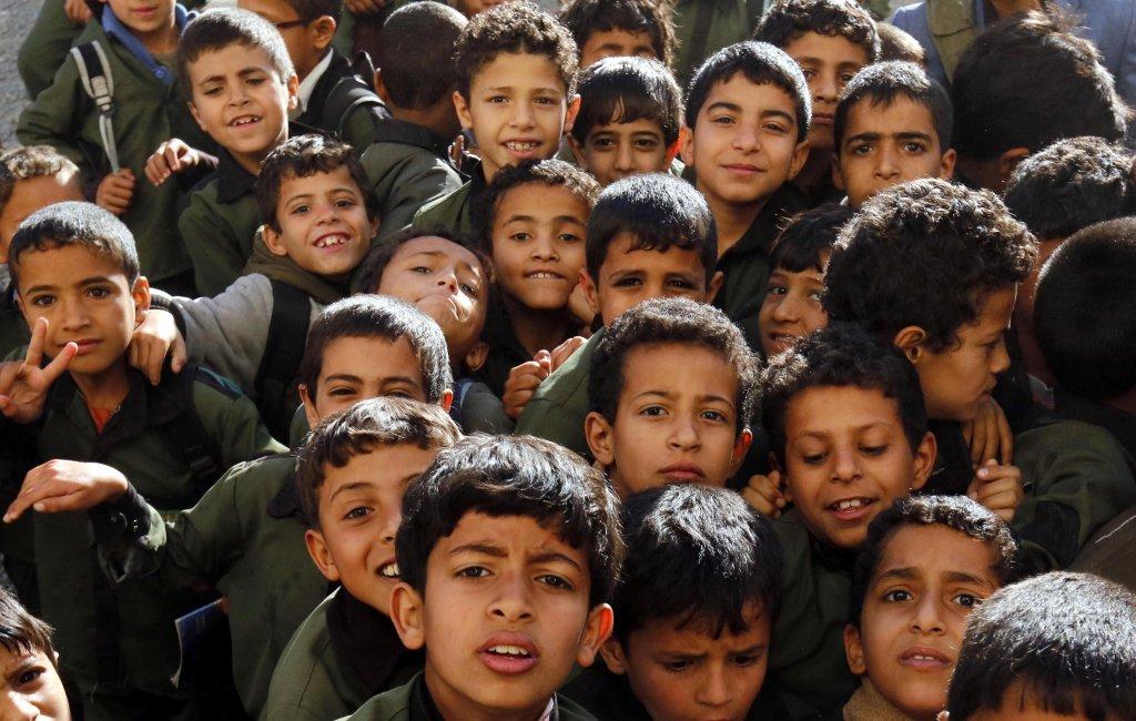 ANSA / طلاب يمنيون في مدرسة تقدم التغذية من خلال برنامج اليونيسف ومنظمة الغذاء العالمي. المصدر: إي بي إيه / يحيى أرحب.
