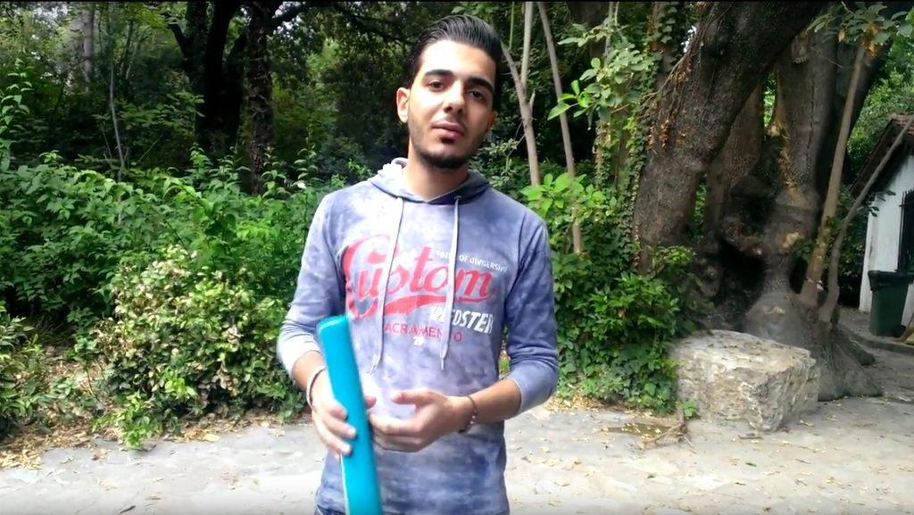 صورة ملتقطة من فيديو يشرح فيه محمد سعيد إجراءات اللجوء في اليونان.