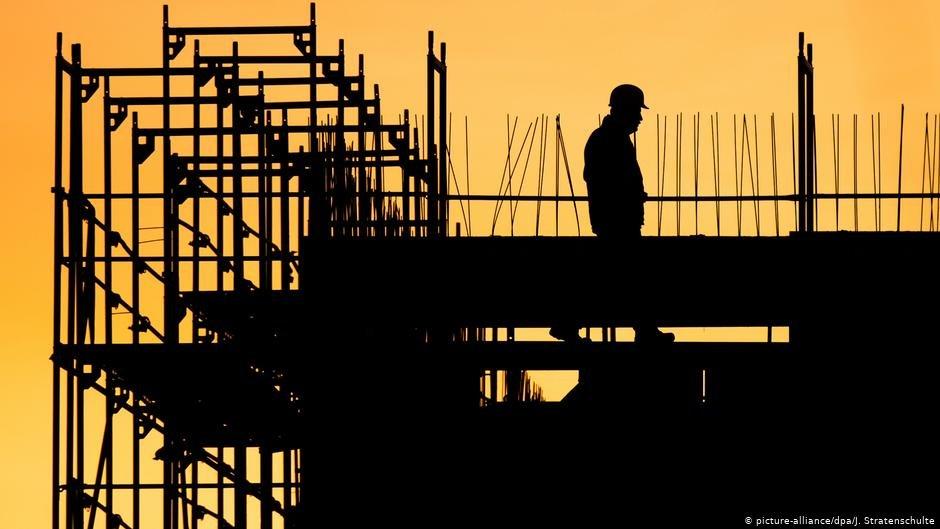 یک کارگرساختمانی بر روی یک بنای نیمه تمام در هانوفر /عکس: Picture-alliance/dpa/J.Stratenschulte