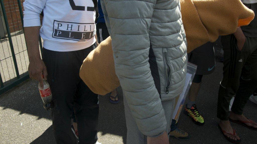 """مهاجرون محتجزون في مركز الاحتجاز الإداري """"مينيل أميلو"""". المصدر: مايفا بولي"""