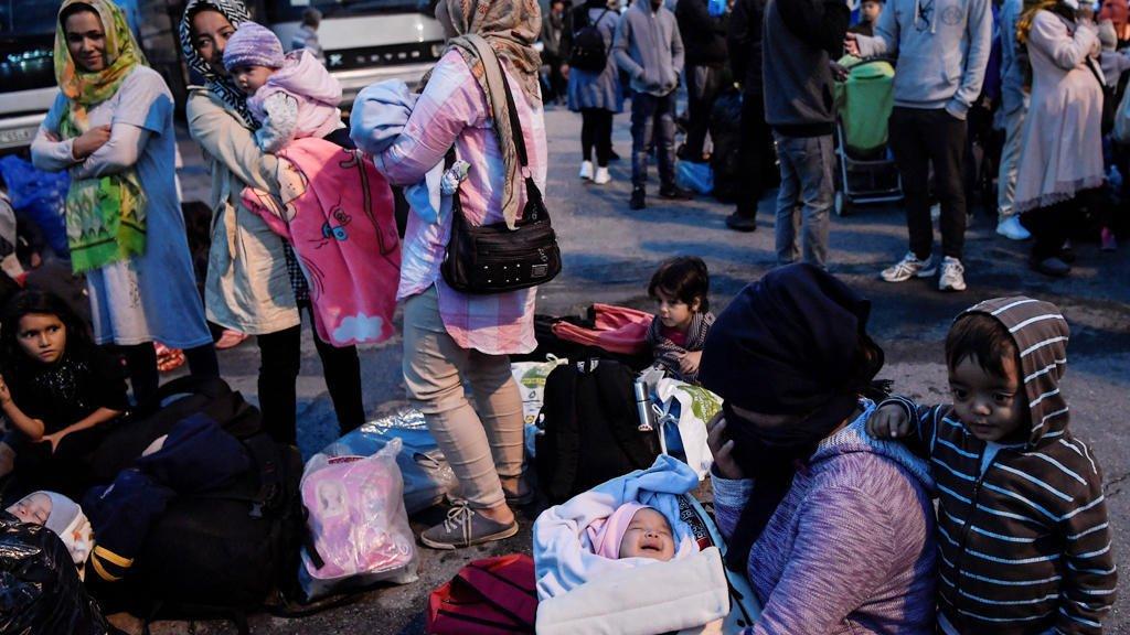 ( أ ف ب) |مهاجرون ينتظرون ركوب الحافلة بعد وصولهم إلى ميناء بيرايوس بالقرب من أثينا باليونان يوم 7 أكتوبر 2019