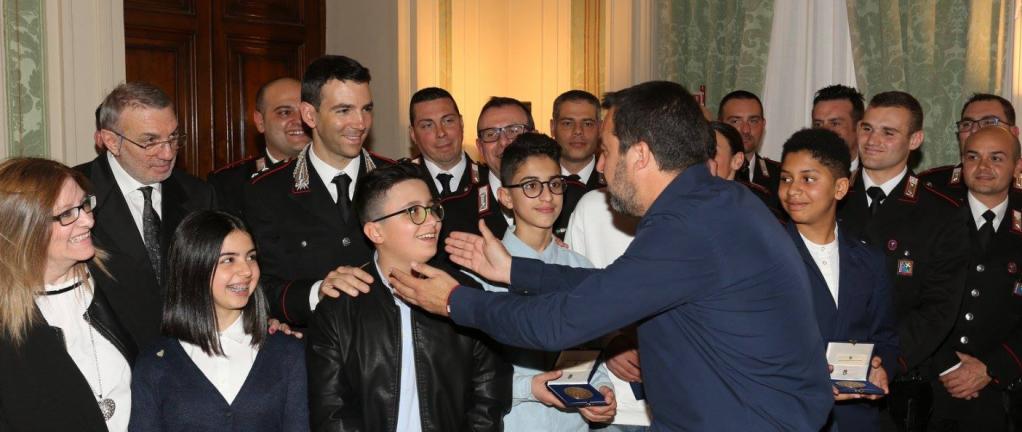 Matteo Salvini a finalement accepté d'accorder la citoyenneté aux enfants étrangers qui ont donné l'alerte lors de la prise d'otage. Crédit : capture d'écran Twitter