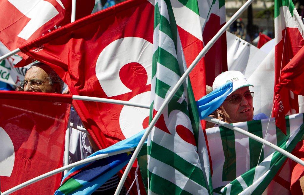 أعلام النقابات العمالية ترفرف خلال مظاهرة مشتركة في روما في 12 أيلول/ سبتمبر الجاري. المصدر: أنسا / ماسيمو بيركوزي.