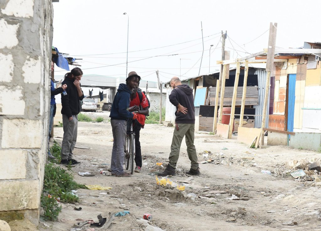 مستوطنة غير شرعية يعيش فيها عمال المزارع في بورجوميتسانوني. المصدر: أنسا / فرانكو كاوتيلو