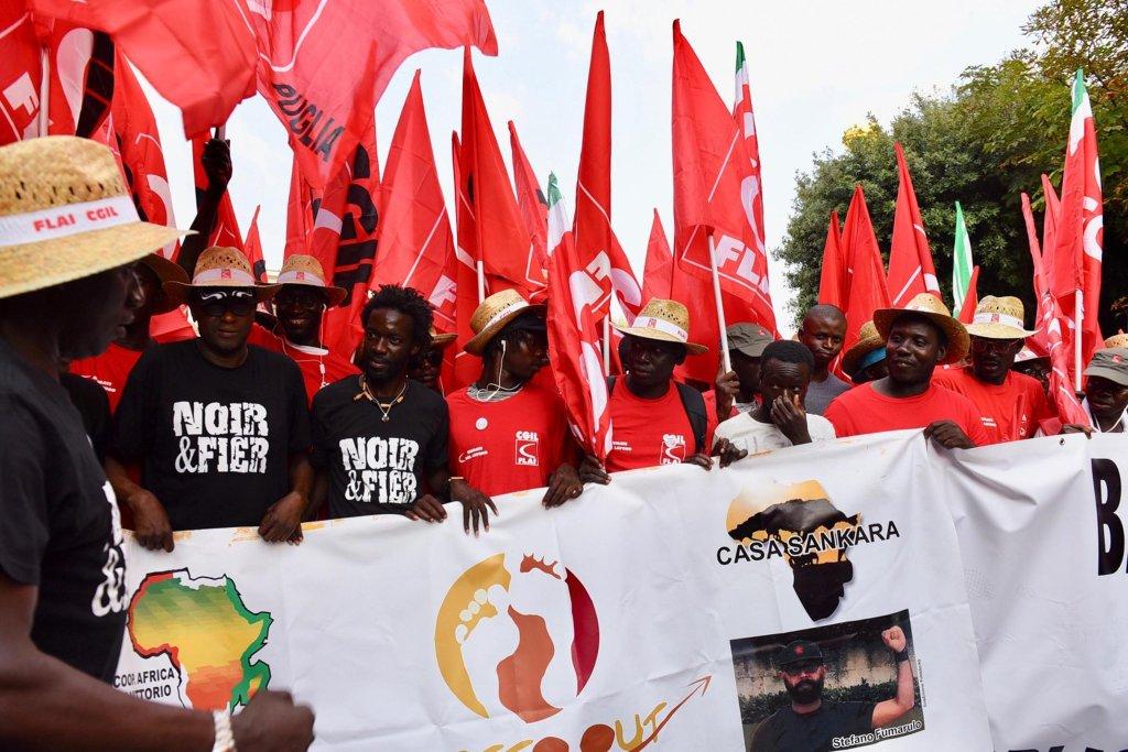 عمال مهاجرون خلال مظاهرة لاتحاد العمال في فوجيا. المصدر: أنسا / فرانكو كوتيللو.