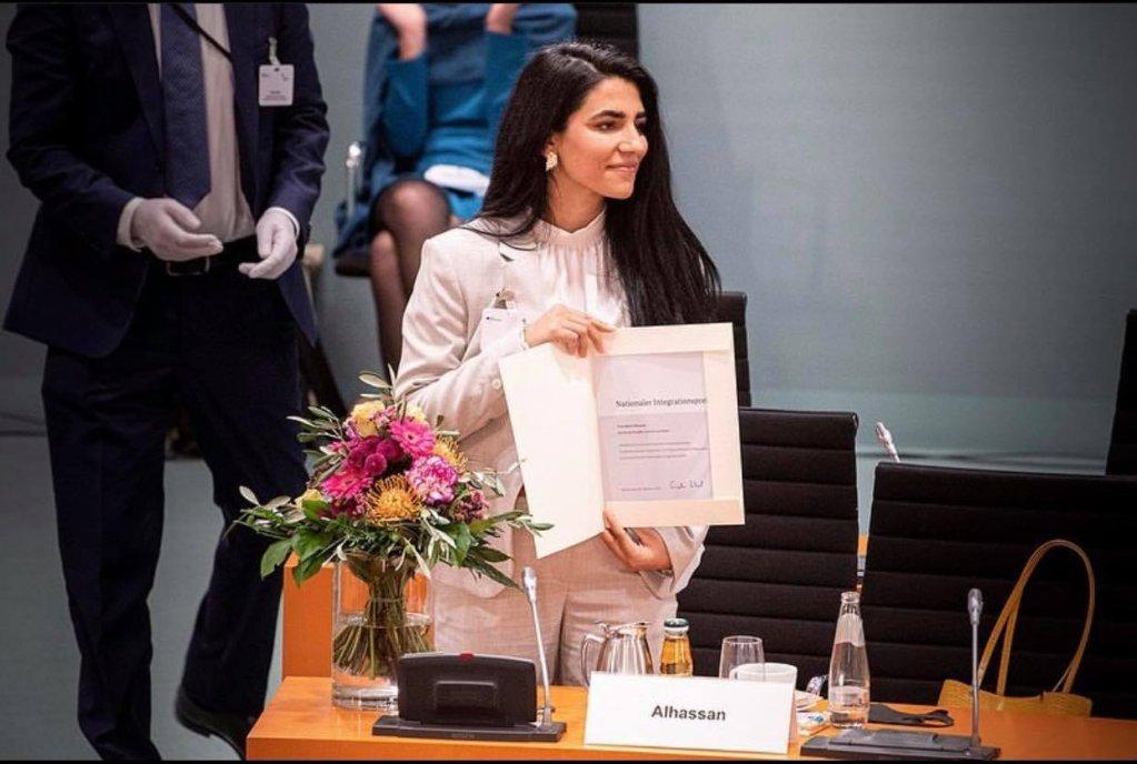 بجين الحسن في مبنى المستشارية الألمانية تحمل جائزة الاندماج الوطنية
