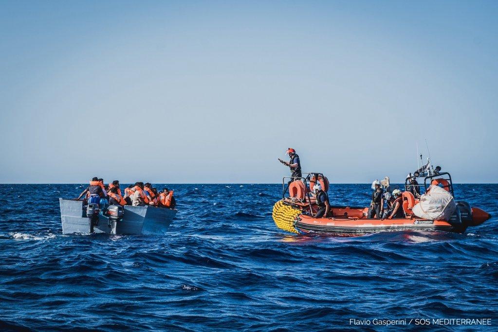 کشتی اوشن ویکنگ ۶۷ مهاجر فراری از لیبیا را در ۱۰۰ کیلومتری جنوب-غرب جزیره لامپدوسا از آب نجات داد. عکس از اس او اس مدیترانه