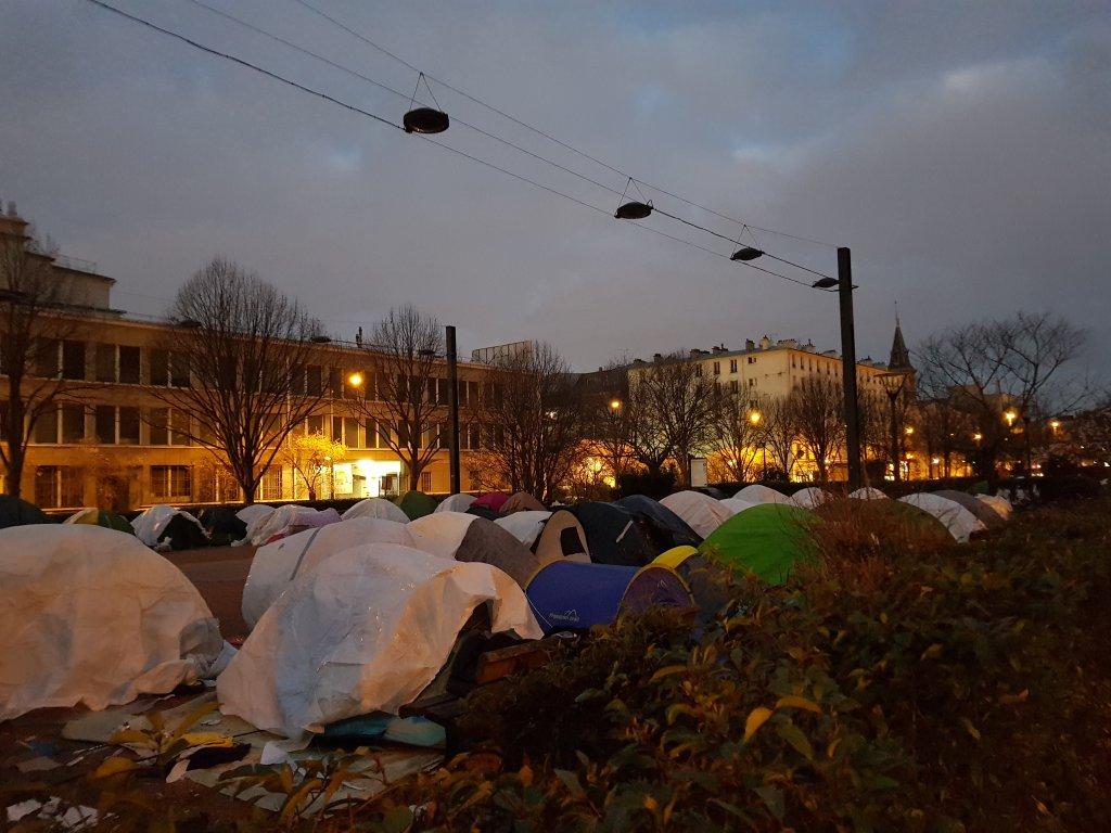 Des dizaines de tentes s'étalent sur l'avenue du président Wilson, à Saint-Denis. Depuis le mois d'août, des migrants vivent ici dans des conditions très difficiles. Crédit : InfoMigrants