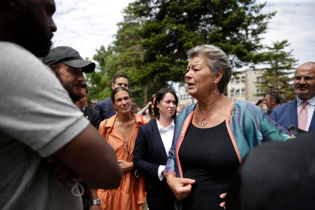 إيلفا يوهانسون مفوضة الشؤون الداخلية بالاتحاد الأوروبي تلتقي مهاجرين أثناء تفقدها مركز أوبرانوفاتس في صربيا. المصدر: إي بي إيه/ أندري شوكيتش.