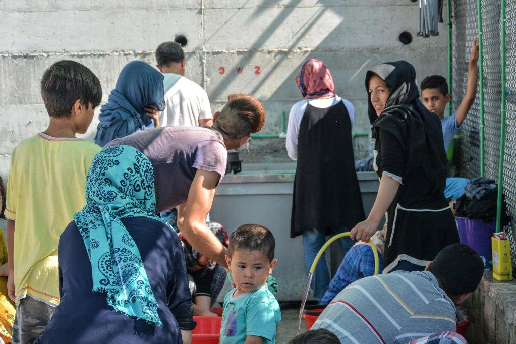 ANSA / مهاجرون يغتسلون ويغسلون ملابسهم في مركز موريا لتحديد الهوية بجزيرة ليسبوس اليونانية. مصدر الصورة: إي بي إيه/ باناجيوتيس بالساكاس.