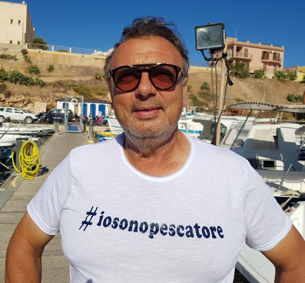 """الصورة: توتو مارتيلو عمدة لامبيدوزا يطلق هاشتاغ بعنوان """"أنا صياد سمك"""" احتجاجا على عدم السماح لمهاجري السفينة أوبن آرمز بالهبوط في الميناء. المصدر: أنسا/ إليو ديسيديرو."""