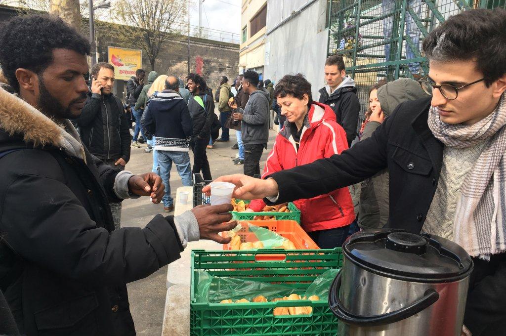Une distribution de nourriture dans le nord de Paris. Crédit: : InfoMigrants