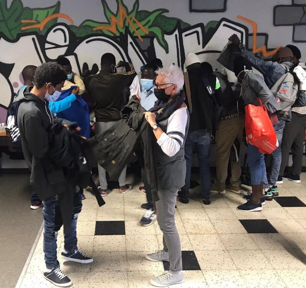 Les migrants passent voir l'association Diakité pour, entre autre, récupérer des vêtements. Crédit : InfoMigrants