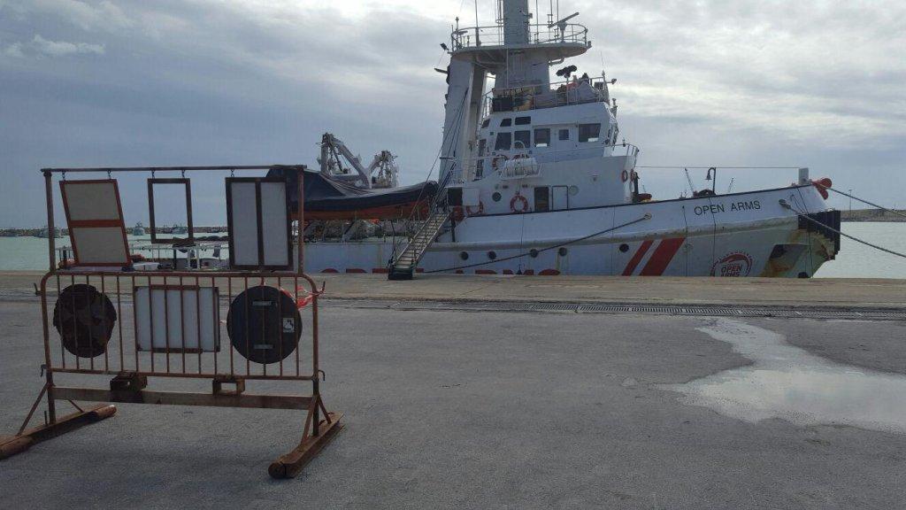 """ANSA / سفينة الإنقاذ """"أوبن آرمز"""" التابعة لمنظمة """"بروأكتيفا"""" الإسبانية غير الحكومية وهي رهن المصادرة في ميناء بوتسالو. المصدر: أنسا. صورة من الارشيف"""