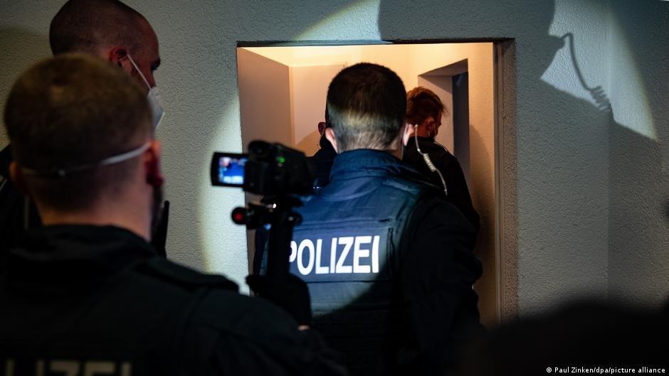 مداهمة للشرطة ضد مهربي البشر  في ألمانيا | الصورة: Paul Zinken / dpa / picture-alliance