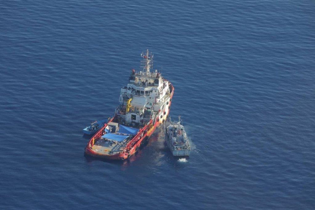 دراین عکس، قایق تندروی گارد ساحلی لیبیا به کشتی تدارکاتی «Vos Tritton» نزدیک می شود تا مهاجران نجات یافته را به همراه ببرد/ عکس: Sea Watch/Twitter
