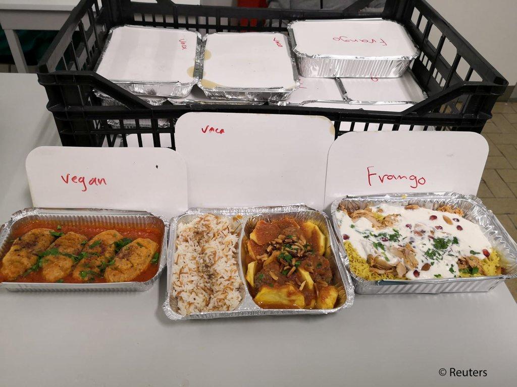 غذایی که زوج مهاجر برای کارمندان صحی فرستاده اند.