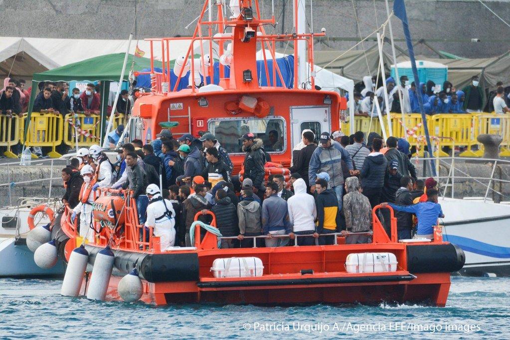 مهاجرون يصلون إلى ميناء أرغوينيجوين في غران كناريا بعد إنقاذهم في 8 نوفمبر / تشرين الثاني 2020