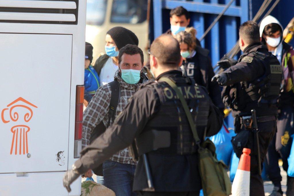 ANSA / مهاجرون يهبطون من سفينة في ميناء كافالا في شمال اليونان في 21 آذار/ مارس 2020. المصدر: إي بي إيه / لاسكاريس تسوتساس.