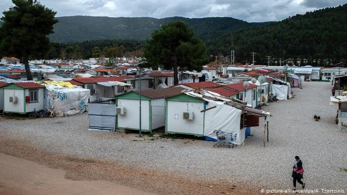picture-alliance/dpa/A. Tzortzinis |أعلنت اليونان عن أول حالة وفاة بفيروس كورونا بين اللاجئين وذلك في مخيم مالاكاسا (الصورة) قرب العاصمة أثينا
