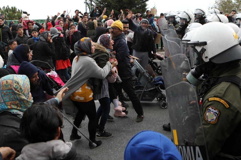 REUTERS/Elias Marcou |Des exilés face à la police anti-émeute, à l'extérieur du camp de Kara Tepe, sur l'île de Lesbos, le 3 février 2020.