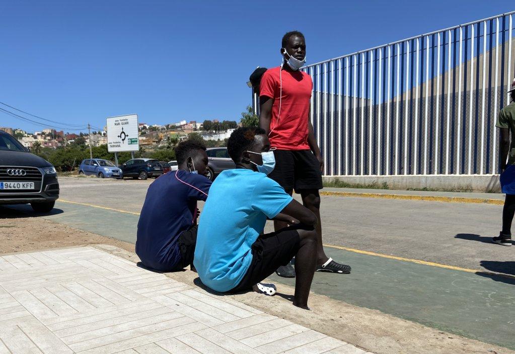 Des demandeurs d'asile devant l'entrée du CETI à Melilla. Crédit : InfoMigrants