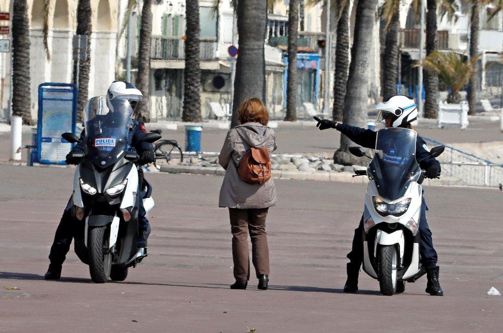 Une femme contrôlée par des policiers à Nice, dans le sud de la France. Crédit : Reuters