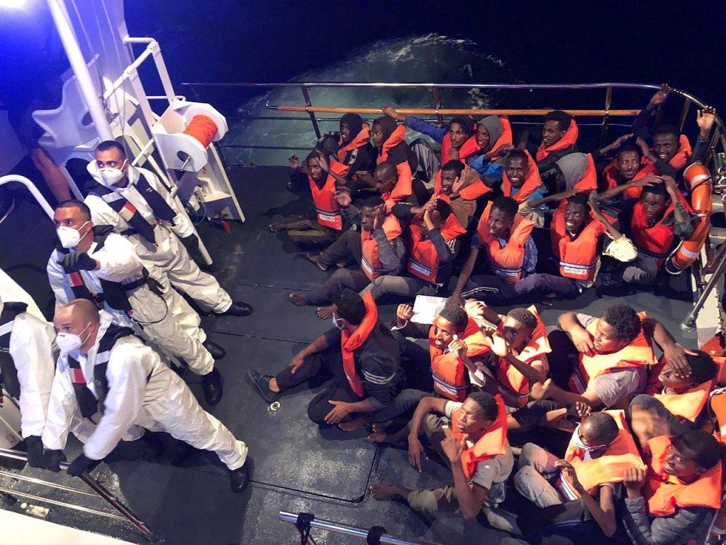 لحظة مغادرة المهاجرين للسفينة تاليا على متن أحد الزوارق التابع للسلطات المالطية، الثلاثاء 6 تموز\يوليو 2020. الحقوق محفوظة