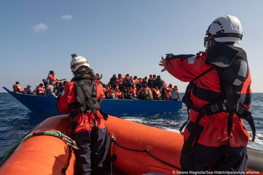 Crew members of Sea-Watch approach a migrant boat during a rescue operation on February 28, 2021 | Photo: picture alliance/dpa/Sea-Watch | Selene Magnolia