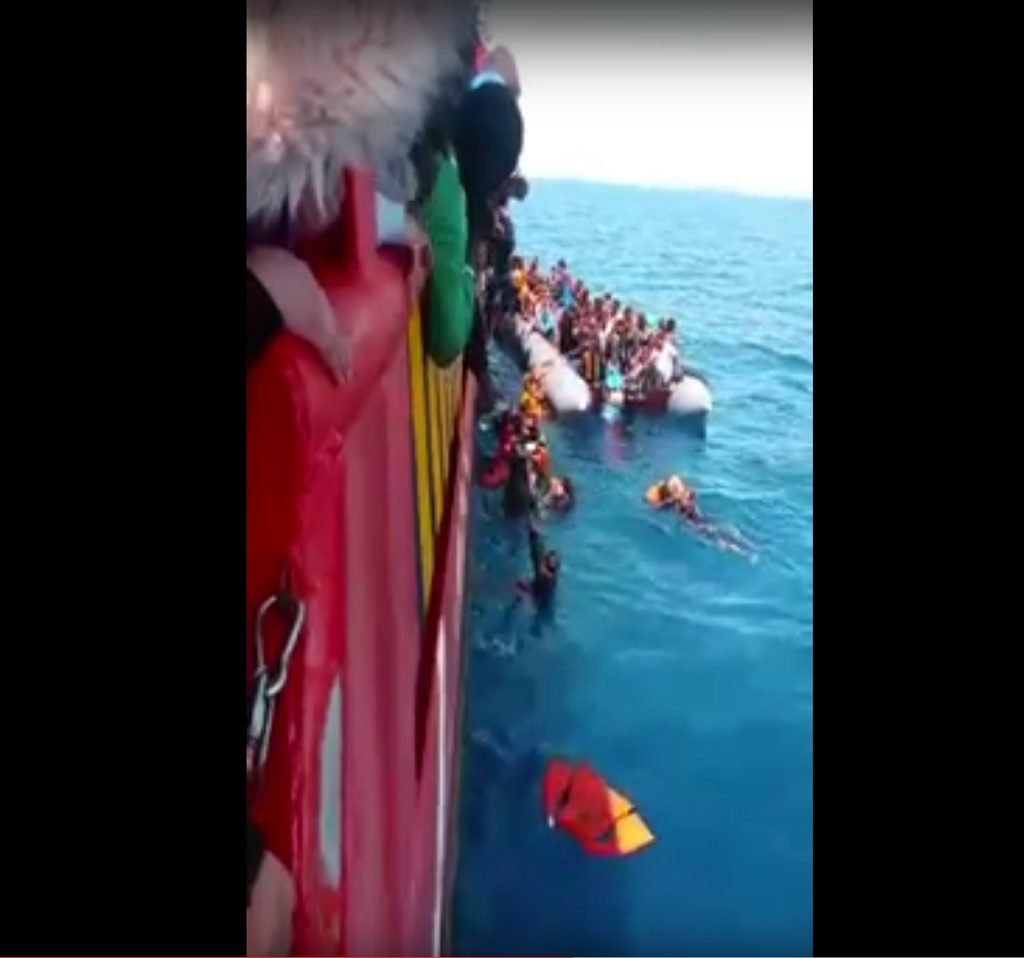 صورة ملتقطة أثناء إنقاذ قارب لمهاجرين غير شرعيين