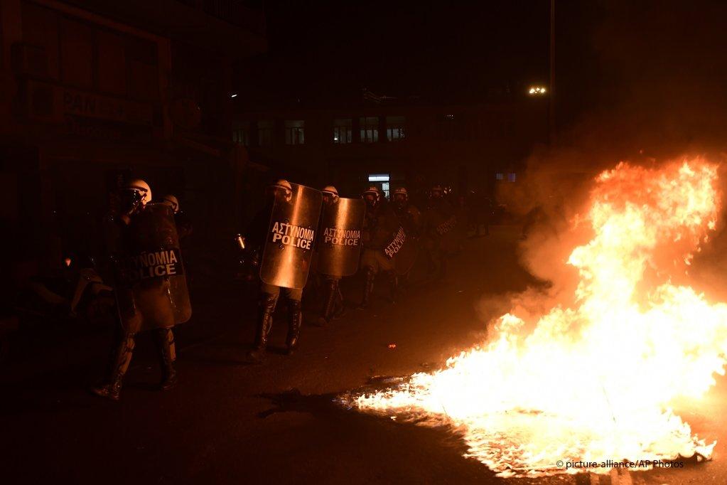 اشتباكات الشرطة مع المتظاهرين في ميناء ميتيليني في جزيرة ليسبوس  25 فبراير