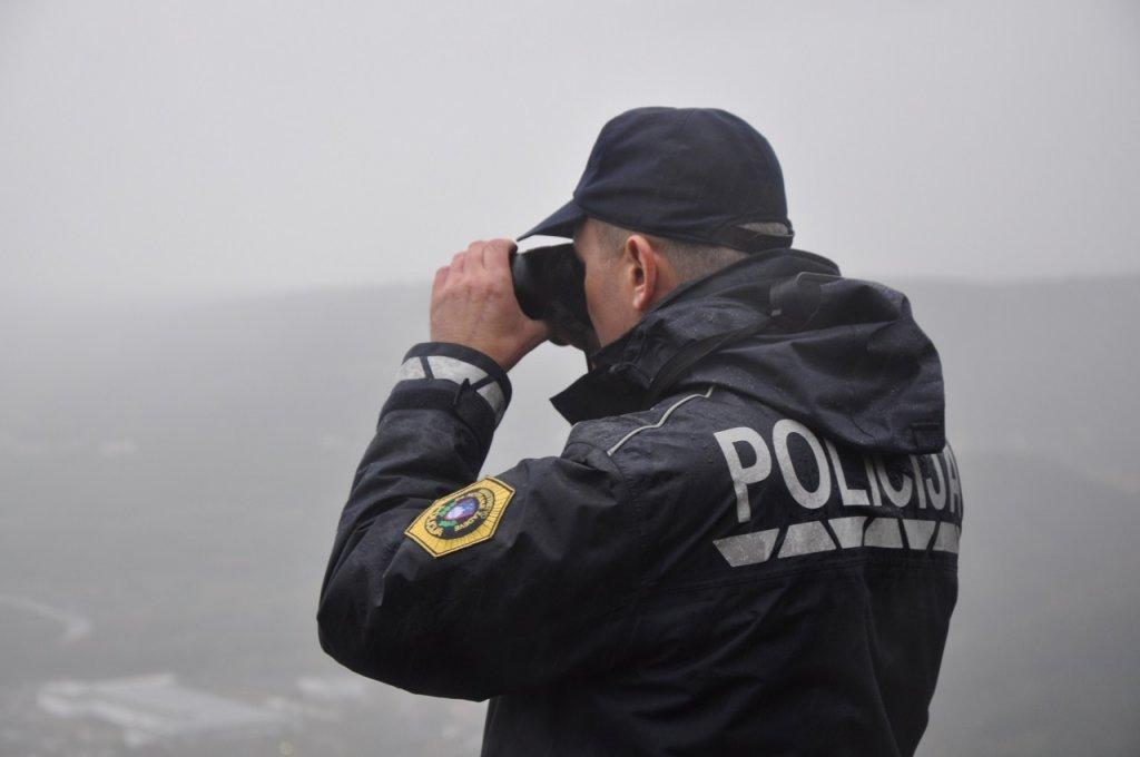 یک پولیس سلوانیایی در حال کنترول مرز مشترک با ایتالیا در کوپر.  ماه نومبر ٢٠١٩. عکس از دانا البوز/ مهاجر نیوز
