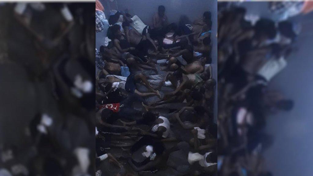 مهاجرون مكدسون داخل إحدى غرف مركز الاحتجاز في الزنتان. الصورة من حساب جوليا ترانشينا على تويتر