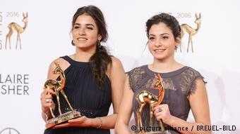 عکس از صفحه دویچه وله/ سارا ماردینی و خواهرش یوسرا که هر دو شناگران ماهر سوریایی هستند.