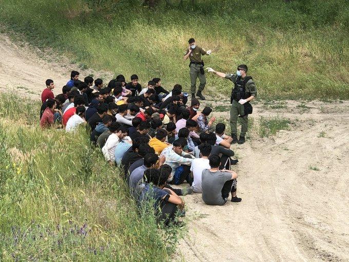 یک گروه از مهاجران افغان که توسط پولیس مرزی یونان دستگیر شدهاند. عکس از bramvermeul@
