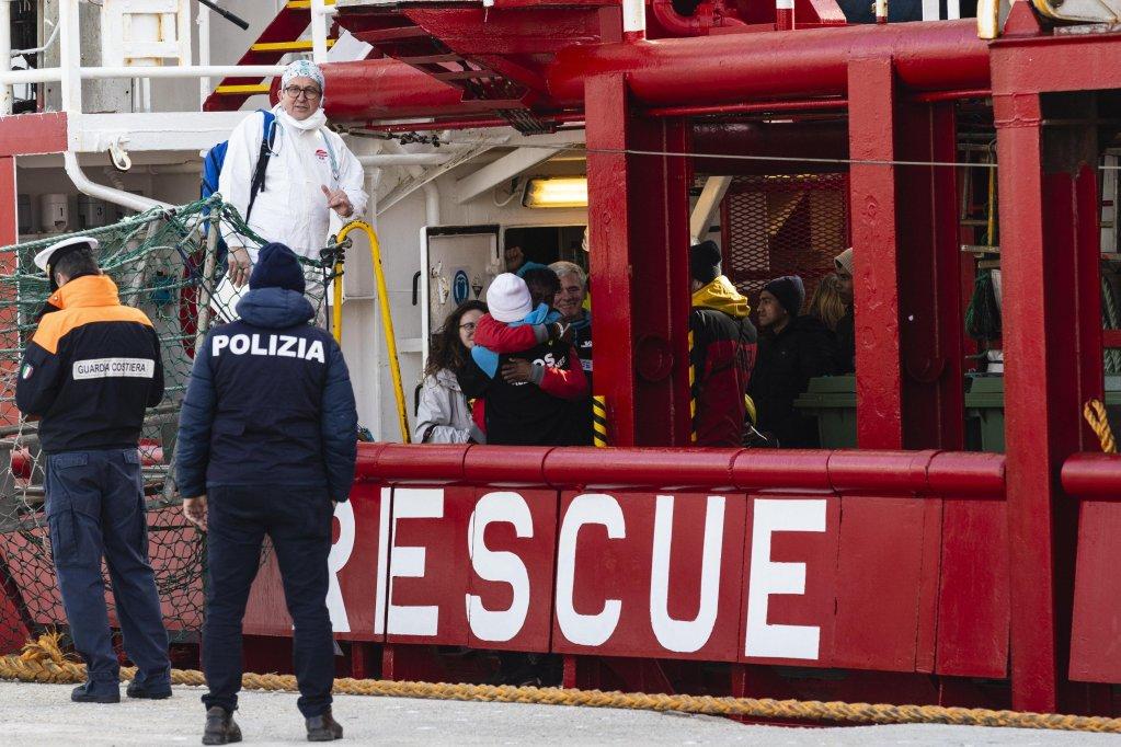 ANSA / لحظة هبوط 39 مهاجرا وصلوا إلى بوتزالو على متن السفينة أوشن فايكنج في 21 كانون الثاني/ يناير 2020. المصدر: أنسا / فرانشيسكو روتا.