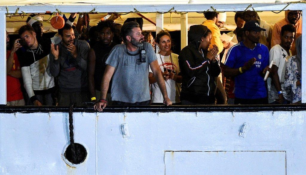 """سفينة الإنقاذ """"أوبن آرمز"""" تصل إلى ميناء لامبيدوزا لإنزال المهاجرين على متنها، 20 آب/أغسطس 2019. رويترز"""