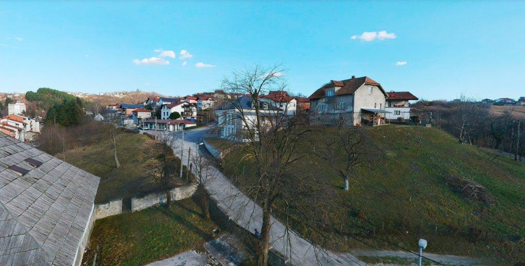 Les deux victimes ont été découvertes par la police sur une route à l'extérieur de la petite ville de Cazin, près de la frontière croate. Crédit : Google Street View