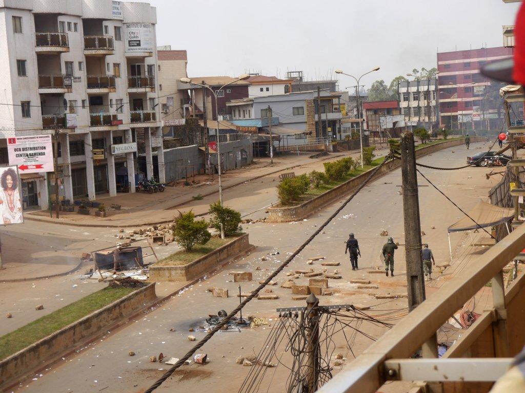 Photo: Reuters/Stringer  Des soldats patrouillent dans les rues de Bamenda, dans le Cameroun anglophone, en décembre 2016.